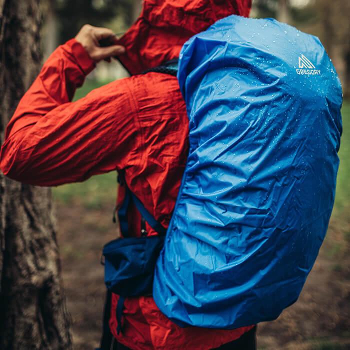 Schnellzugriff auf Regenhülle - sicher im inneren Deckelfach gelagert