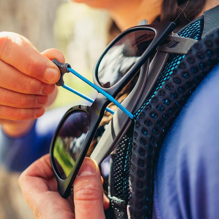 Sonnenbrillenhalterung am Schultergurt für schnelle, sichere und kratzfreie Aufbewahrung der Sonnenbrille unterwegs