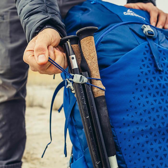 Einstellbare Befestigungsmöglichkeiten für Trekkingstöcke oder Eispickel