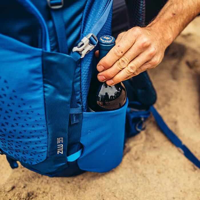 Beidseitige Stretch-Seitentaschen, die Zugriff auch unterwegs erlauben (55-65L / 53-63L)