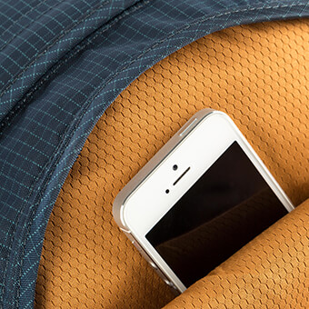 Tasca morbida munita di chiusura lampo per tenere i dispositivi elettronici o gli occhiali da sole