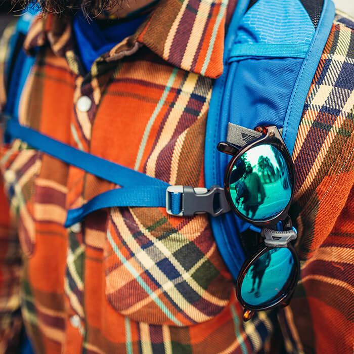 Système « QuickStow » pour lunettes de soleil sur les bretelles - accès rapide, sûr et sans rayures sans enlever le sac
