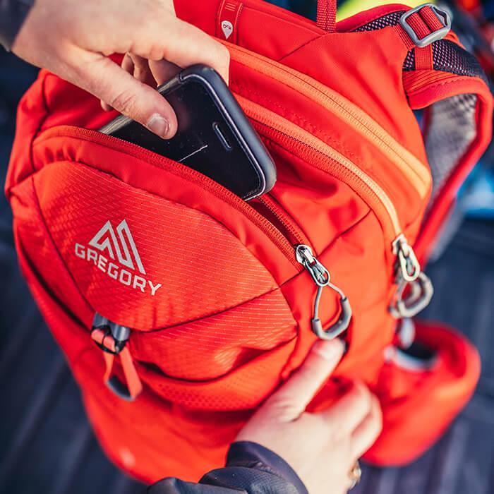 RV-Tasche auf der Frontseite mit weichem Innenfutter schützt Smartphone oder Sonnenbrille