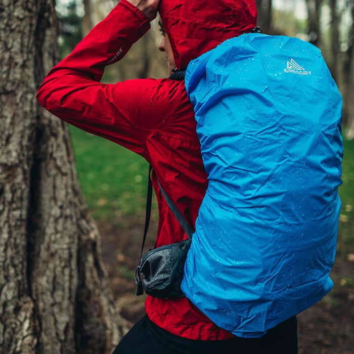 Cubre mochila a medida incluido, se guarda en un bolsillo con cremallera de acceso rápido en la parte inferior de la tapa.