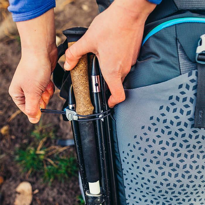 Anelli regolabili e ganci resistenti agli urti per l'attacco di bastoncini da trekking e piccozze