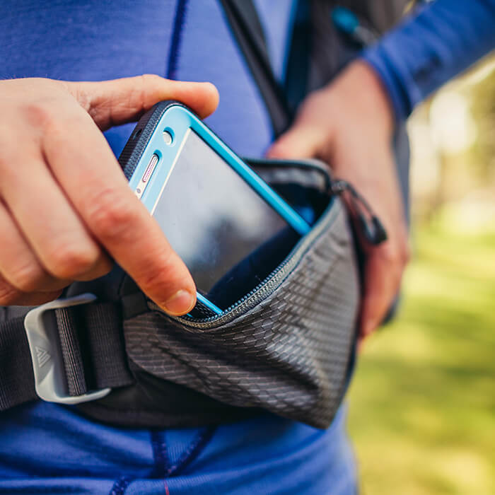 Dwie obszerne kieszenie z zamkami na pasie biodrowym do przechowywania telefonu lub aparatu