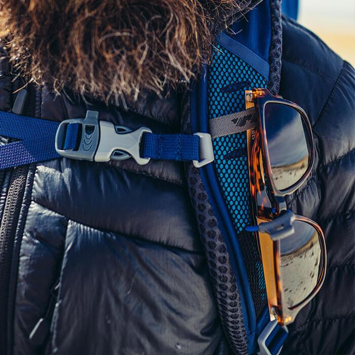 Schowek na okulary na pasku ramiennym z łatwym dostępem, bez konieczności zdejmowania plecaka